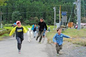 体幹ブレブレの子供達。心身ともに幹を育める外遊び=遊学舎!
